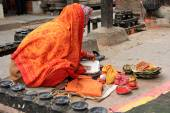 A Nepelese prayer reciting a holy book at Kumbeshwar Temple in Patan, Nepal — Stock Photo