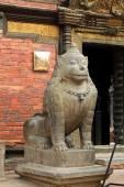 Een enorme stenen leeuw in het Patan Museum in Patan, Nepal. — Stockfoto