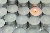 Vela de luces de té con un ser iluminado — Foto de Stock