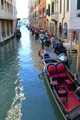 Gondoliers and Gondola boats on Venetian canals in Venice, Italy — Stock Photo