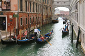 Gondoliers and Gondolas on Venetian canals in Venice, Italy — Stock Photo