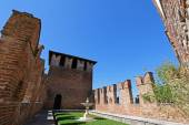 A fountain and garden between fortified walls at Castelvecchio in Verona, Italy — Stock Photo