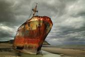 Abandoned and rusty shipwreck in Argentina — Stock Photo
