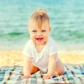 Bebé feliz en la playa de la costa. — Foto de Stock