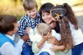 Geniş aile sarılma. mutlu aile kavramı — Stok fotoğraf