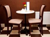 Mysiga bord och två stolar i caféet. — Stockfoto