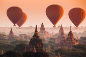 Balloon over plain of Bagan in misty morning, Myanmar — Stock Photo