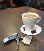 Cup of coffee on the desk  and  keys — Stock Photo