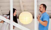 Giovane coppia in amore a casa, in piedi — Foto Stock