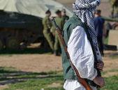 Tüfeklerle duran üniformalı askerler — Stok fotoğraf
