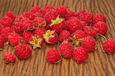 Fresh raspberries on wooden background — Stock Photo