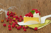Rasberry cheesecake with fresh rasberries — Stock Photo