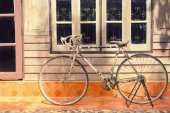 Vintage bicycle leaning against  house wall — Stock Photo