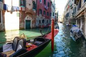Venice Italy - Gondola and Buildings — Stock Photo
