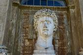 Ancient statue of Roman Emperor — Stock Photo