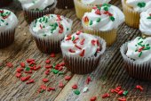 Chocolate and Vanilla Christmas Cupcakes — ストック写真