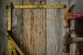 Kladiva a měřicí pásky na rustikální staré dřevěné pozadí — Stock fotografie