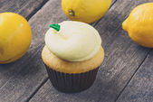 Lemon Cupcake with Fresh Lemons — Stock Photo