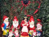 Snow White and the Seven Dwarfs in a garden of the fairy tale town Steinau a.d.Straße, Germany — Stock Photo