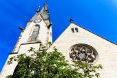 Míru kostel (friedenskirche) na březích řeky hlavní, nedaleko hrad - symbol města hanau, Německo — Stock fotografie