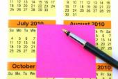 Pink post it on calendar — Stock Photo