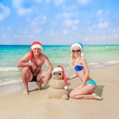 Sandy snowman and young couple — Stock Photo