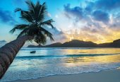 Tropical beach Baie Lazare at sunset — Stock Photo