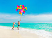 Loving couple at sea with balloons — Stock Photo