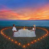 Verliefde paar delen romantisch diner — Stockfoto