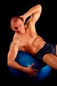 Человек упражнения пилатес мяч — Стоковое фото