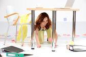 Mulher de negócios bonita trabalhando com documento no escritório. — Fotografia Stock