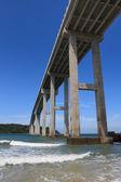 Bir ada için yüksek bir köprü ile tropikal deniz manzarası — Stok fotoğraf