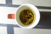 Bir fincan yeşil çay doğal aydinlatma — Stok fotoğraf