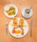 Fried eggs with bacon, toasts, green mango salad and coffee — Stock Photo