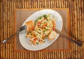 Asian vegetable salad with chicken and baguette — Stock fotografie