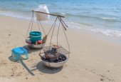Asian yoke with fried seafood on the sand at beach — Stock Photo
