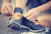Tying sports shoes — Stock Photo