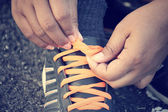 Tying sports shoes — Fotografia Stock