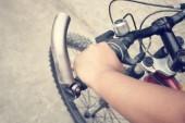 自転車を手します。 — ストック写真