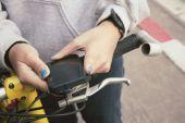Woman using smart phone on bike — Stockfoto