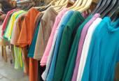 Camisetas em cabides — Fotografia Stock