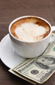 热咖啡与美元 — 图库照片