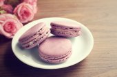 Blueberry macaroons with roses — Stock Photo