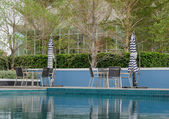 Poolside table and chairs — 图库照片