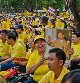 Thai people pay respect to King Bhumibol on his birthday, Thailand — Stock Photo