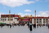 Jokhang temple is located on Barkhor Square in Lhasa, Tibet — Stock Photo