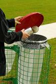Woman throws tin in dustbin — Stock Photo