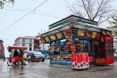 Istanbul, Turkey - November 23, 2014: Istanbul street and sellers of fast food — Stock Photo
