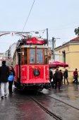 イスタンブール, トルコ - 2014 年 11 月 23 日: 赤イスタンブールのイスティクラル通りをトラムが走る — ストック写真