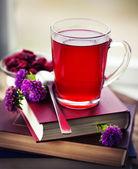Kitap, çay, reçel ve çiçekler — Stok fotoğraf